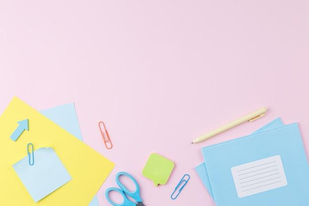 Artykuły szkolne na biurku
