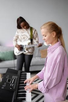 Artyści o średnim ujęciach grający muzykę