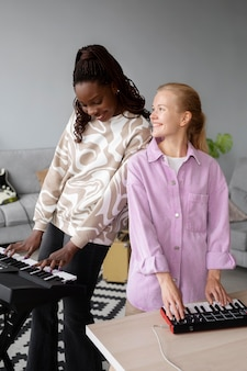 Artyści o średnim ujęciach grający na instrumentach