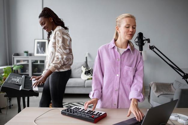 Artyści o średnim ujęciach tworzący muzykę w pomieszczeniach