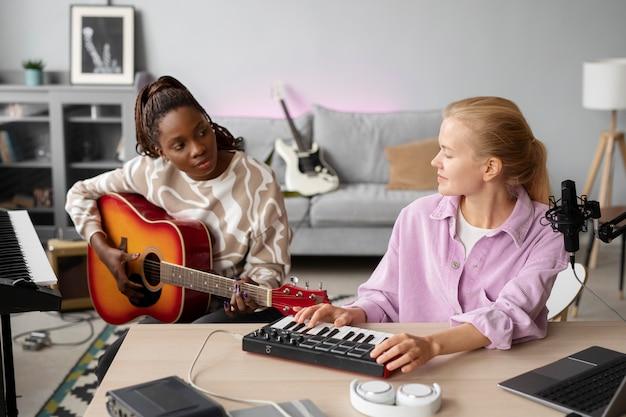Artyści o średnim ujęciach tworzący muzykę