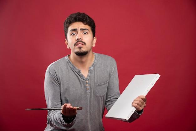 Artysta czuje się niezadowolony z powodu negatywnych krytyków.