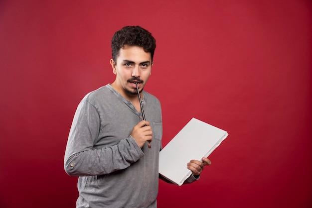 Artysta demonstrujący swój nowy obraz, szukający krytyków i recenzji.