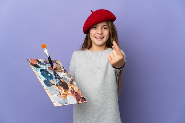 Artysta dziewczyna na odosobnionej ścianie robi nadchodzący gest