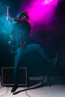 Artysta gra na gitarze i tańczy