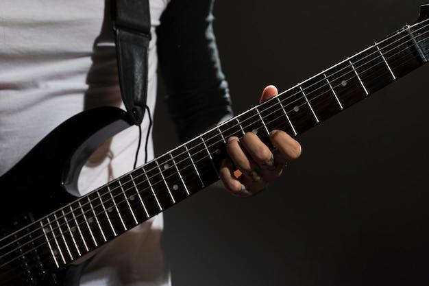 Artysta gra na gitarze z bliska