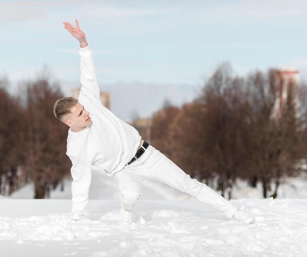 Artysta hip-hopowy tańczący na zewnątrz