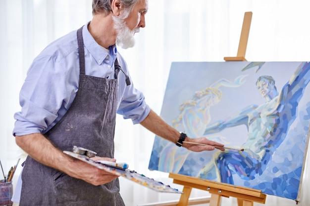 Artysta malarz człowiek malujący obraz na płótnie. koncepcja stylu życia szczęśliwej emerytury