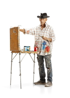 Artysta malarz w pracy na białym tle