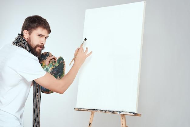 Artysta malujący na płótnie hobby kreatywny styl życia