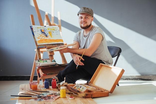 Artysta malujący obraz w studio