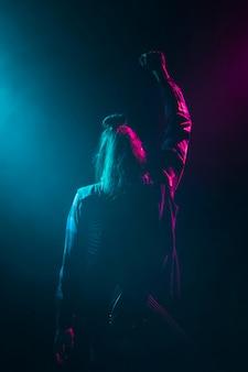 Artysta na scenie od tyłu