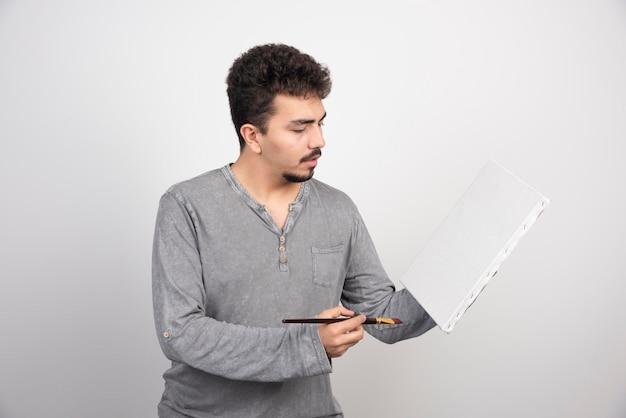 Artysta pracuje nad nowym projektem na płótnie.