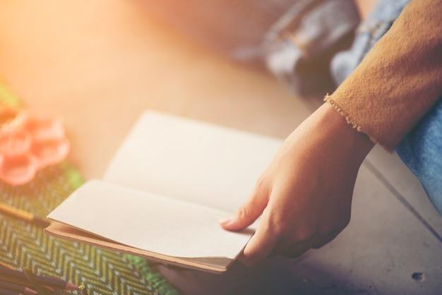 Artysta ręce, opierając się na książce