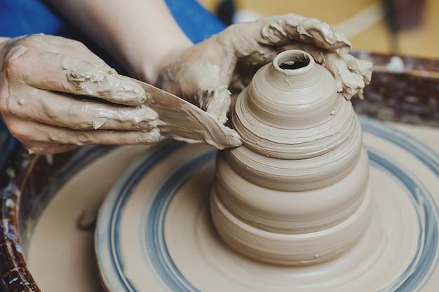 Artysta rzemieślnik kształtuje garnek