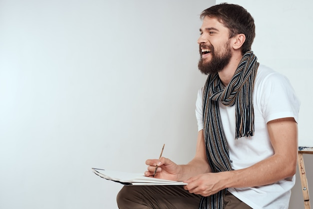 Artysta siedzi na krześle, rysunek na białym tle
