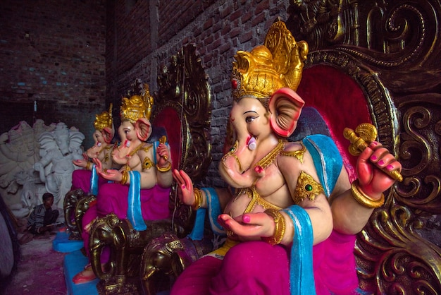Artysta szlifuje idola hinduskiego boga ganesha