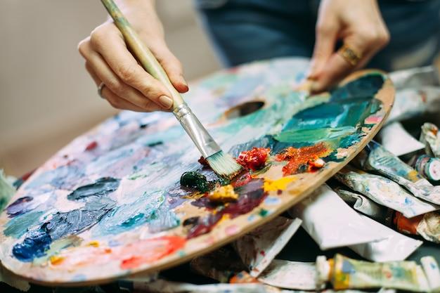 Artysta z pędzlem i kolorem palety