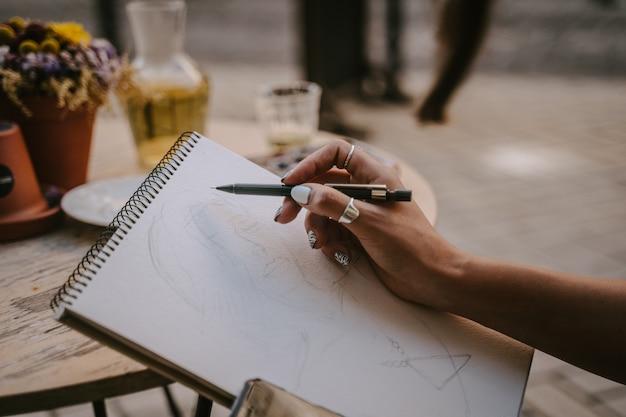 Artysta z portretu ulicznego szkicuje obrazek na ulicy