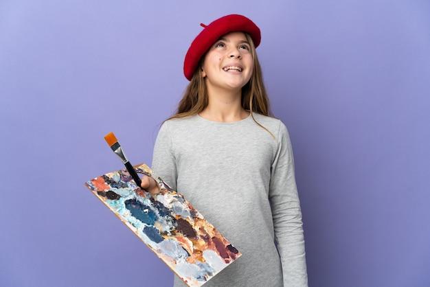 Artystka dziewczyna na białym tle się śmieje