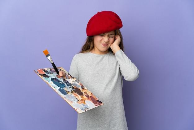 Artystka dziewczyna na odosobnionym tle sfrustrowana i zakrywająca uszy