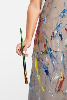 Artystka trzyma pędzel