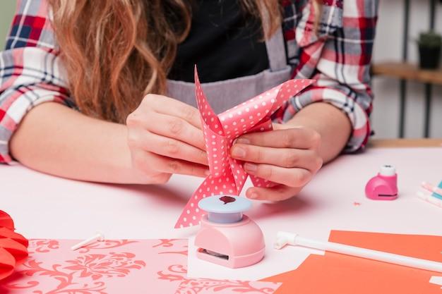 Artysty kobiety ręka robi pinwheel rzemiosłu