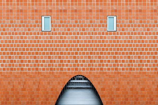 Artystyczna ceglana fasada z łukiem