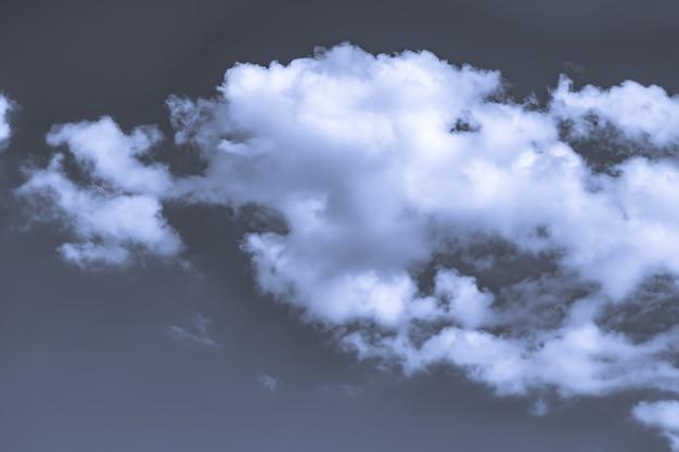 Artystyczne stonowane zdjęcie nieba z chmurami w niebiesko-białych kolorach, abstrakcyjny wzór tła przyrody