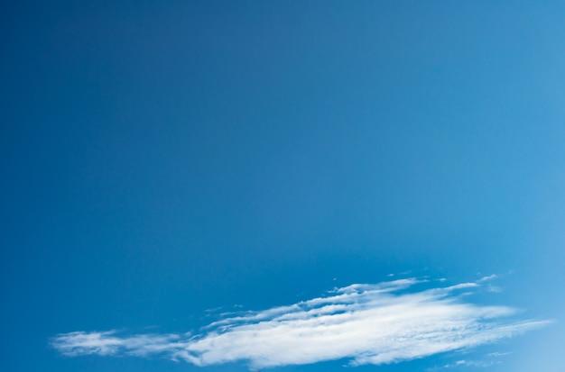 Artystyczne zdjęcie błękitnego nieba z chmurami, abstrakcyjny wzór tła