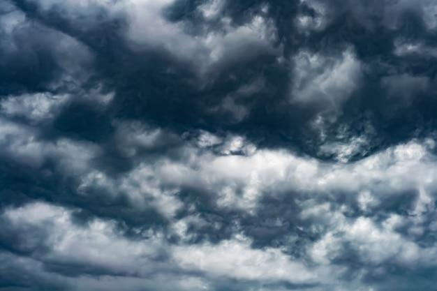 Artystyczne zdjęcie nieba z chmurami w ciemnoniebieskich i białych kolorach, abstrakcyjny wzór tła natury