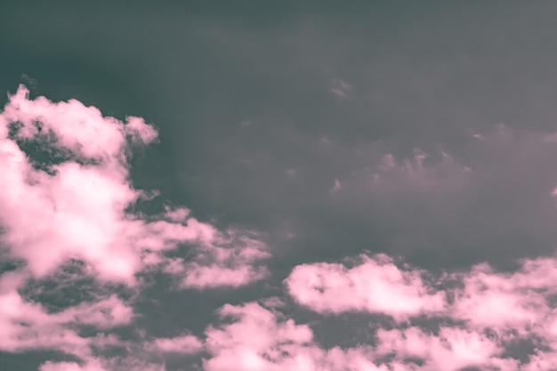 Artystyczne zdjęcie nieba z chmurami w różowych i szarych kolorach, abstrakcyjny wzór tła natury