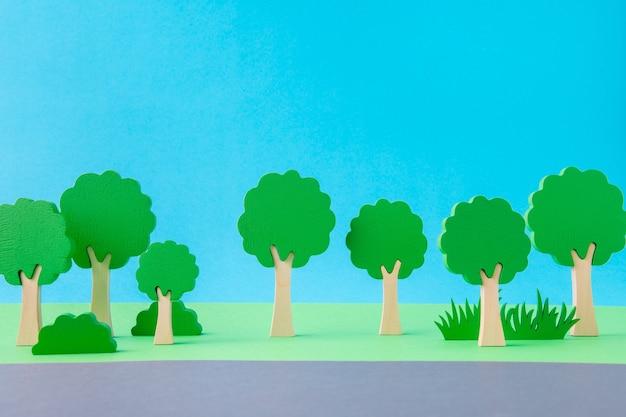 Artystyczny obraz ładnych zielonych ekologicznych roślin w pobliżu autostrady