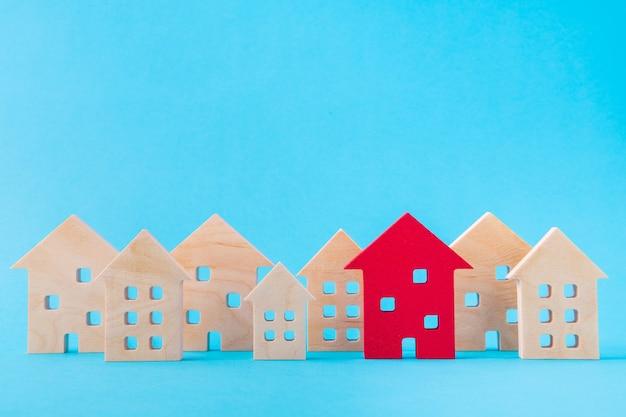 Artystyczny obraz rozwoju osady drewnianych figurek jeden najlepszy czerwony dom