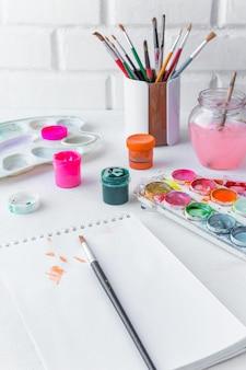 Artystyczny pędzel, farba gwasz, akwarela na jasnym stole, koncepcja rysunku, malarstwo, hobby