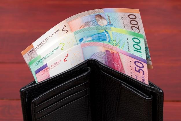 Arubański floren pieniężny w czarnym portfelu