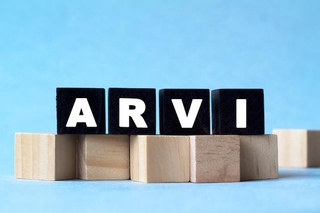 Arvi. tekst jest na ciemnych i jasnych kostkach. jasne rozwiązanie dla koncepcji medycznych, marketingowych