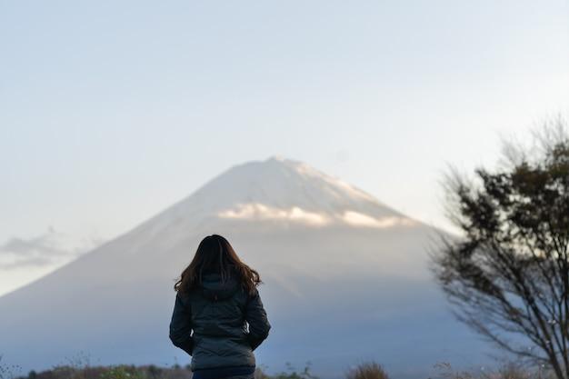 Asain kobieta z halnym fuji przy jeziornym kawaguchiko w japan na jesień sezonie