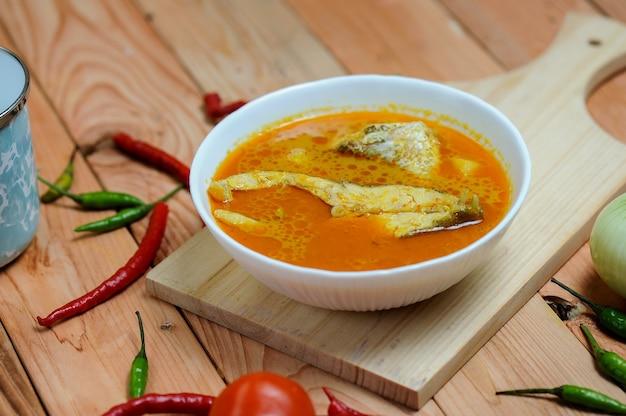 Asam pedas lub przetłumaczone jako spicy hot sour curry zwykle gotowane z rybą popularną w malezji