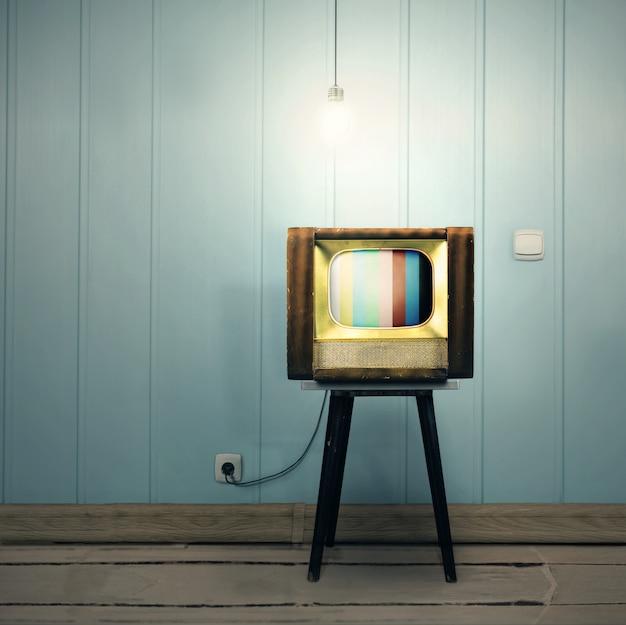 Ascetyczne wnętrze vintage ze starym telewizorem i lampą