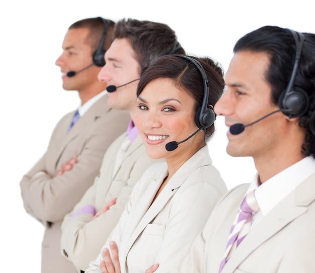 Asertywni przedstawiciele obsługi klienta stoją z rzędu