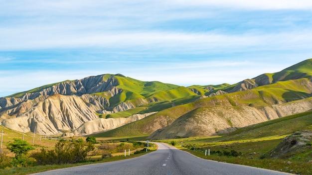 Asfaltowa autostrada w górzystym terenie