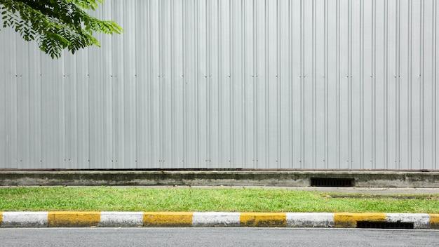 Asfaltowa droga - chodnik i krawężnik żółto-biały