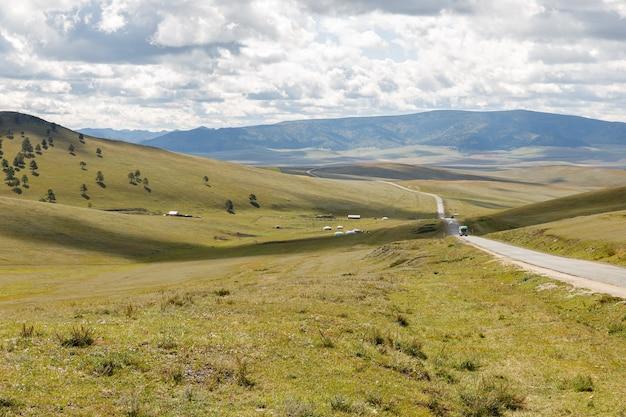 Asfaltowa droga darkhan-ułan bator w mongolii, mongolski krajobraz