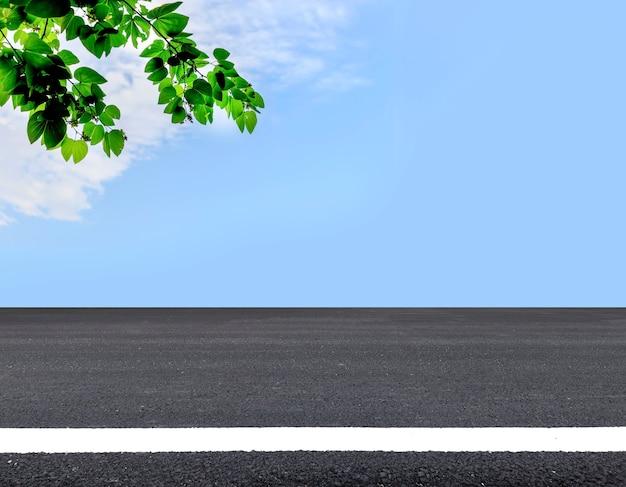 Asfaltowa droga i tło nieba