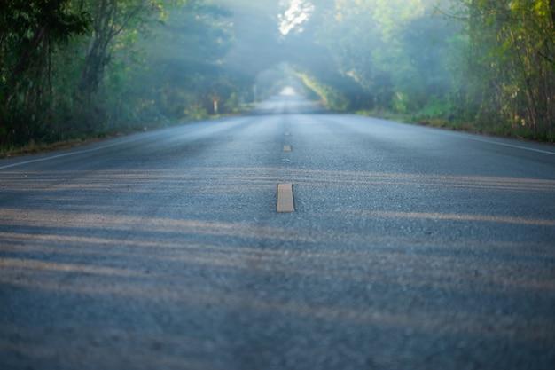 Asfaltowa droga przy wsią