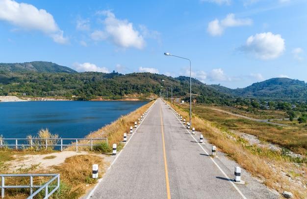 Asfaltowa droga z żółtą linią na drogowym wizerunku trutnia kamery wysokiego kąta widokiem.
