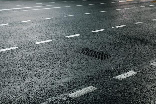Asfaltowa uliczna droga z ocechowań wieczór tłem