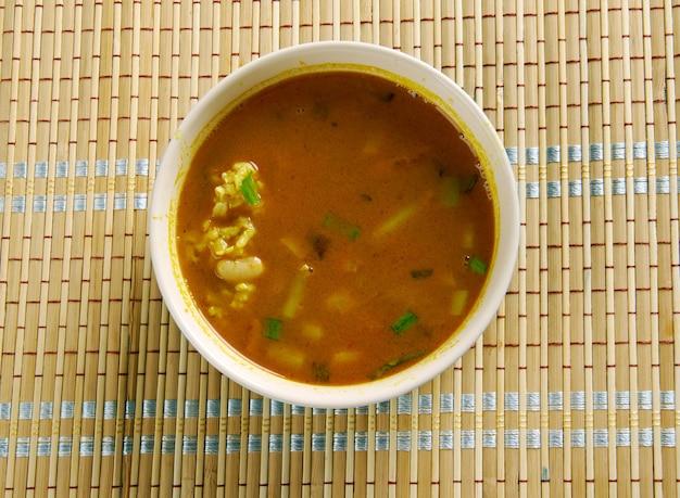 Ash-e jow - irańska, perska zupa jęczmienna z fasolą i ziołami.