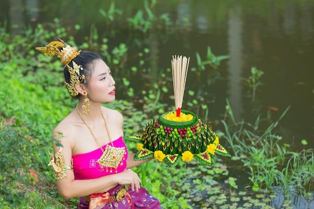 Asia kobieta w tradycyjnym stroju tajskim trzymać kratong. festiwal loy krathong